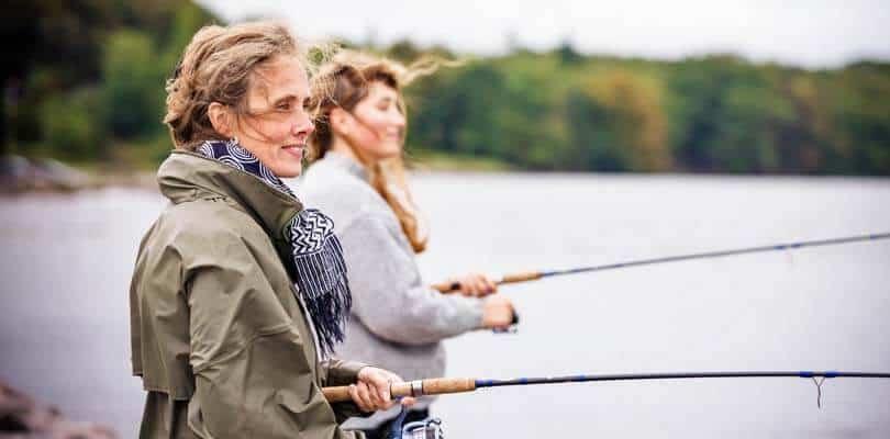 Zwei Frauen Angeln auf Langeland, Dänemark